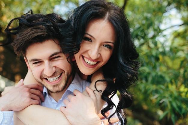 Close-up des amants drôles sourire Photo gratuit