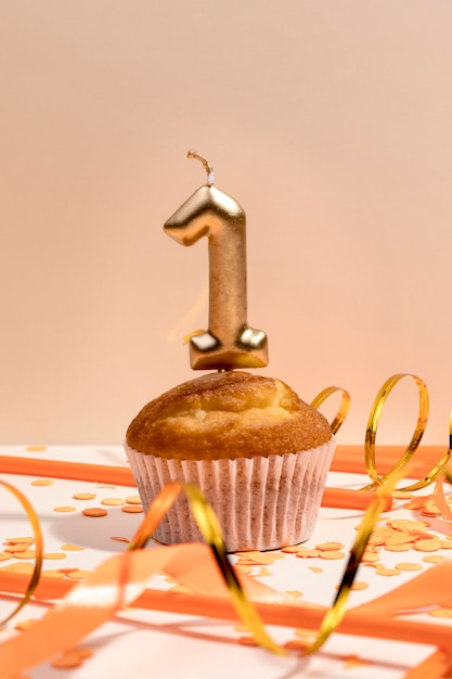 Close-up Anniversaire Cupcake Sur Table Photo gratuit