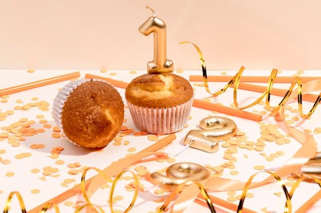 Close-up Anniversaire Cupcake Sur Table Photo gratuit