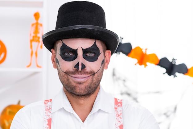 Close-up bel homme avec du maquillage halloween Photo gratuit