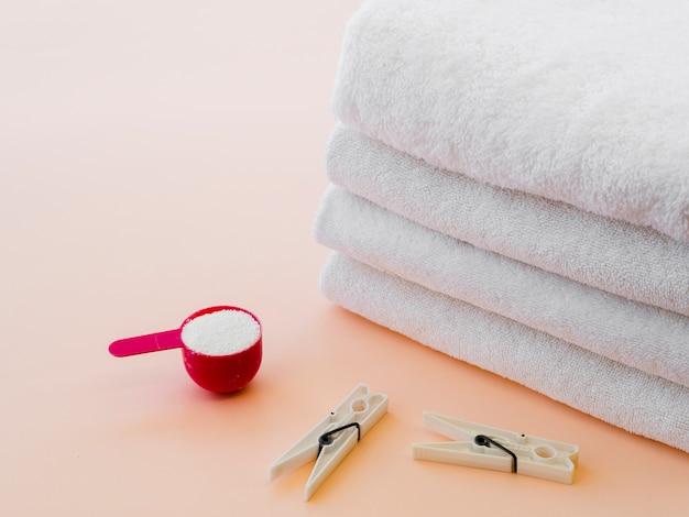 Close-up blanc plié des serviettes propres avec une épingle à linge Photo gratuit