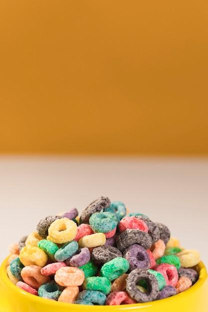 Close-up bol complet avec des céréales sur la table Photo gratuit