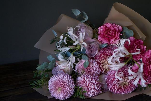Close-up bouquet décoré dans un style vintage sur un fond sombre Photo Premium