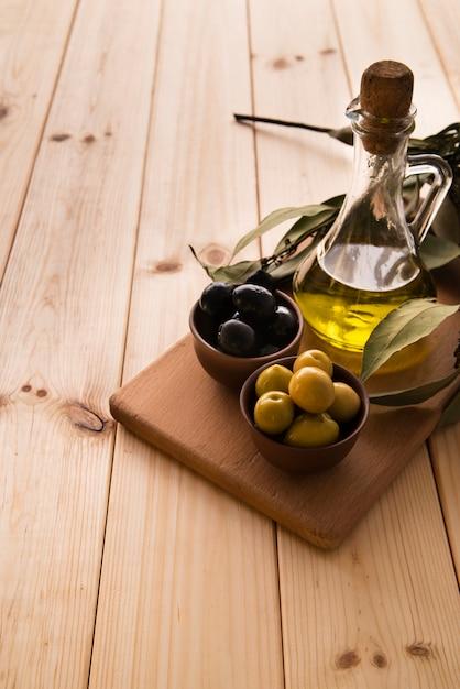 Close-up bouteille d'huile d'olive et d'olives Photo gratuit