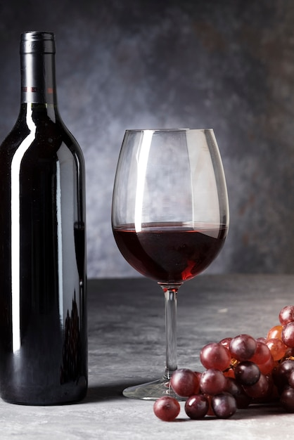 Close-up Bouteille De Vin Rouge Et Verre Photo gratuit