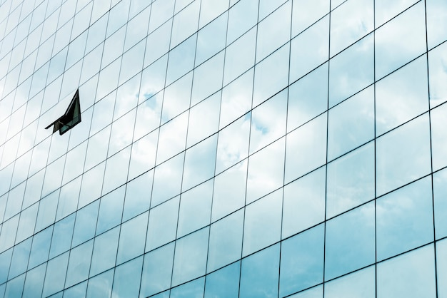 Close-up building avec fenêtre ouverte Photo gratuit