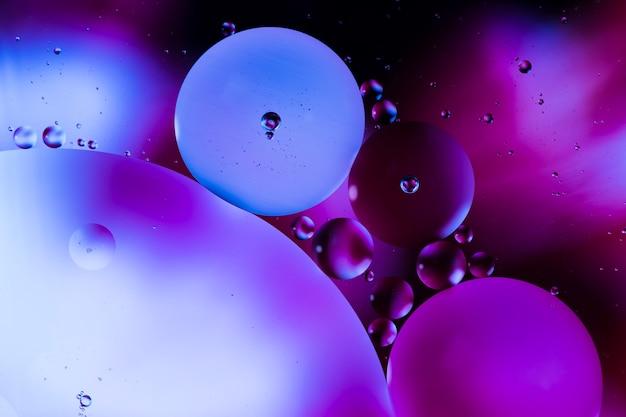 Close-up bulles et gouttelettes dans un décor aqueux coloré Photo gratuit