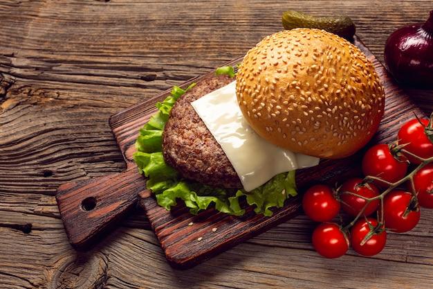 Close-up burger ingrédients sur une planche à découper Photo gratuit