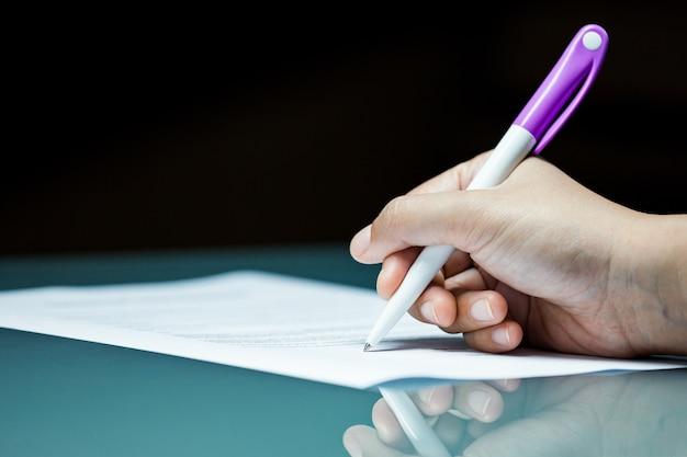 Close-up Business Signant Un Contrat D'accord Sur Le Bureau Photo Premium