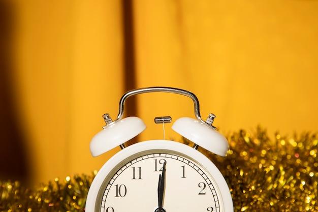 Close-up Clock Avec Des Décorations Dorées Derrière Photo gratuit