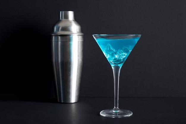 Close-up Cocktail Alcoolisé Avec Shaker Photo gratuit