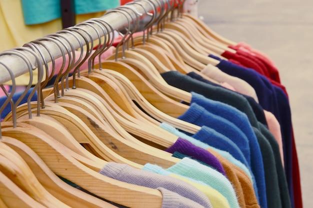 Close Up Colorful T-shirts Sont Suspendus Sur Un Support Photo Premium