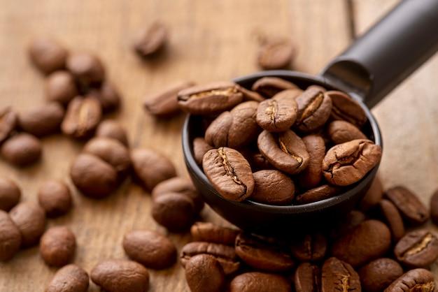 Close-up Cuillère Avec Des Grains De Café Torréfiés Photo Premium