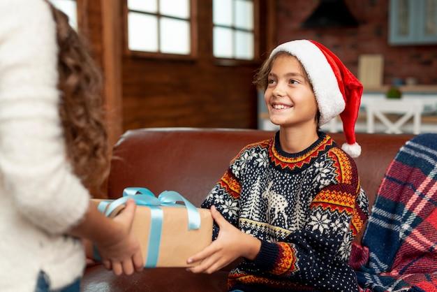 Close-up cute kid recevoir un cadeau Photo gratuit