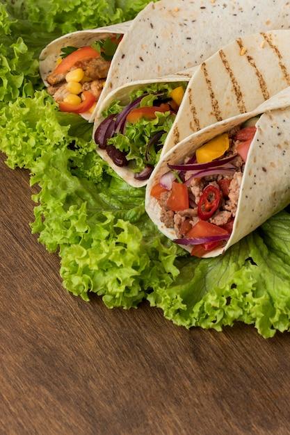 Close-up Délicieux Enveloppements De Tortilla Avec De La Viande Photo gratuit