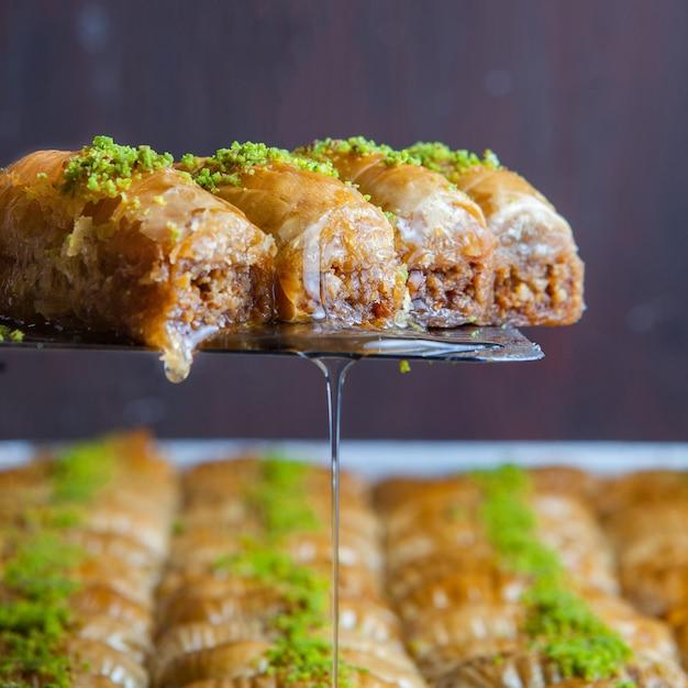 Close-up Dessert Baklava Turc Fait De Pâte Fine, De Noix Et De Miel Photo gratuit