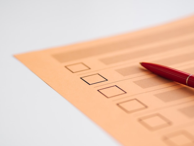 Close-up du questionnaire de vote non terminé à angle élevé Photo gratuit