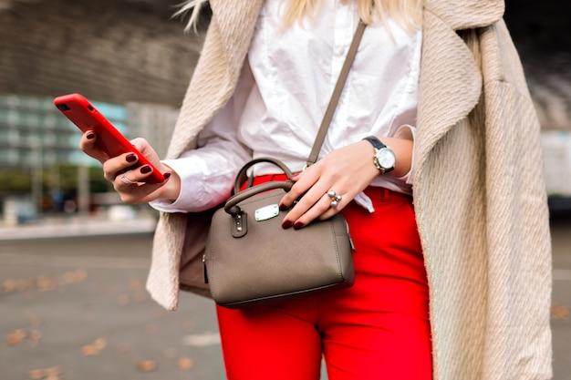 Close Up Fashion Details You Business Woman, Tapé Quelque Chose Sur Son Téléphone, Fond De Ville D'automne Urbain, Costume Lumineux Et Manteau En Cachemire, Prêt Pour La Conférence. Photo gratuit