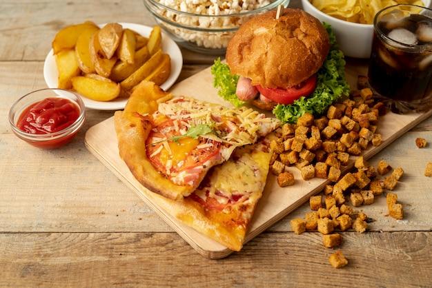 Close-up fast food et des collations sur la table Photo gratuit