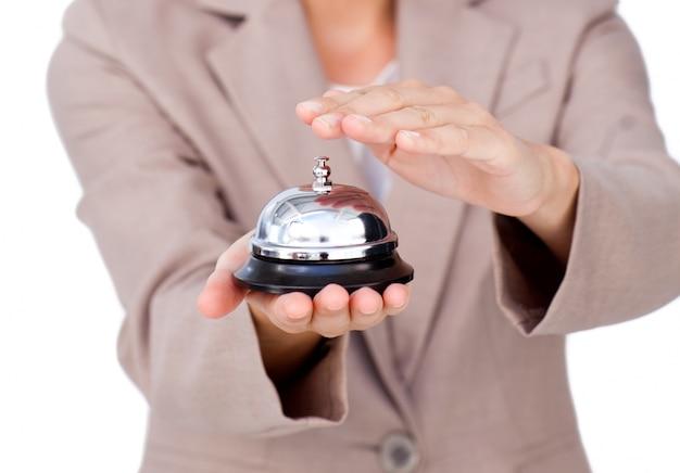 Close-up d'une femme d'affaires en utilisant la cloche de service Photo Premium
