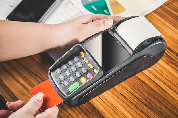 Close-up de la femme de payer par carte de crédit Photo gratuit