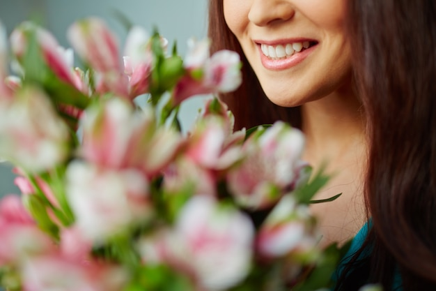 Close-up d'une femme souriante avec le bouquet Photo gratuit