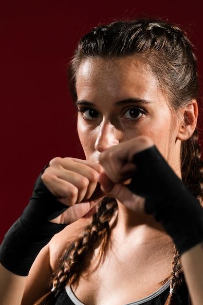 Close-up femme sportive en vêtements de fitness Photo gratuit