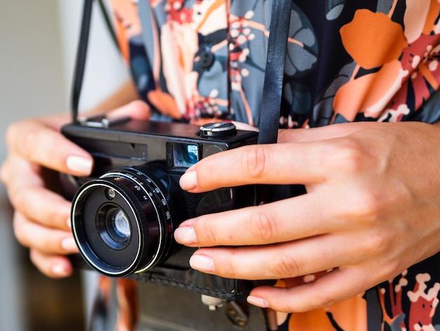 Close-up femme tenant un appareil photo rétro Photo gratuit