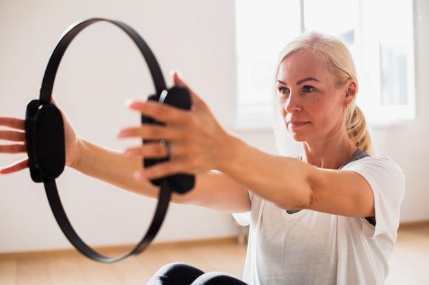 Close-up fit femme exerçant Photo gratuit