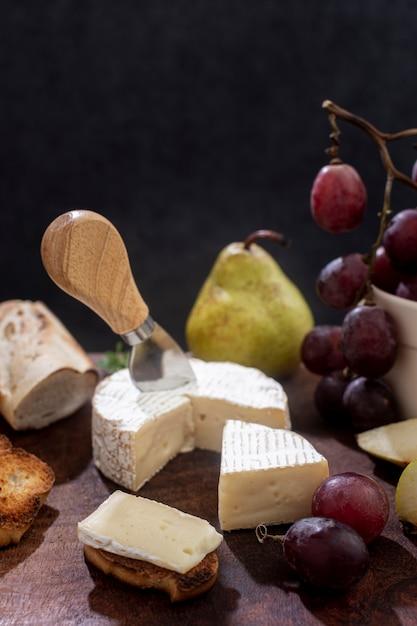 Close-up de fromage brie aux raisins Photo gratuit