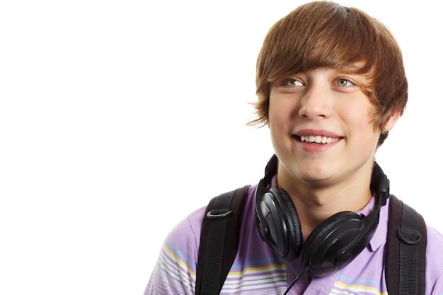 Close-up d'un garçon souriant avec un casque Photo gratuit