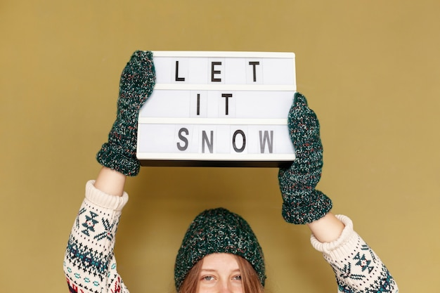 Close-up girl holding laisser signe de neige Photo gratuit
