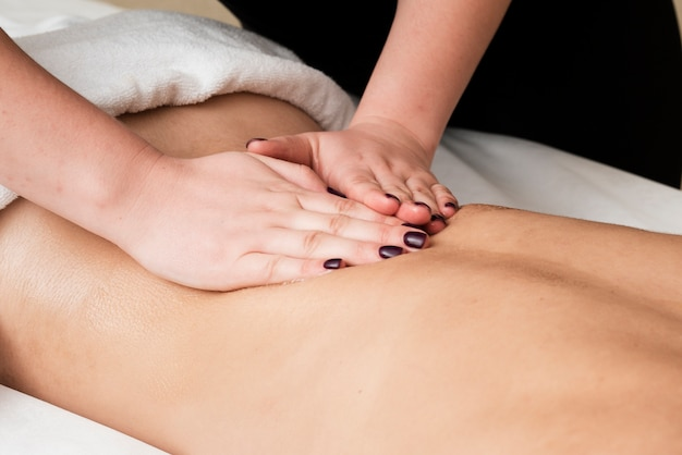 Close-up girl obtenant un massage relaxant Photo gratuit