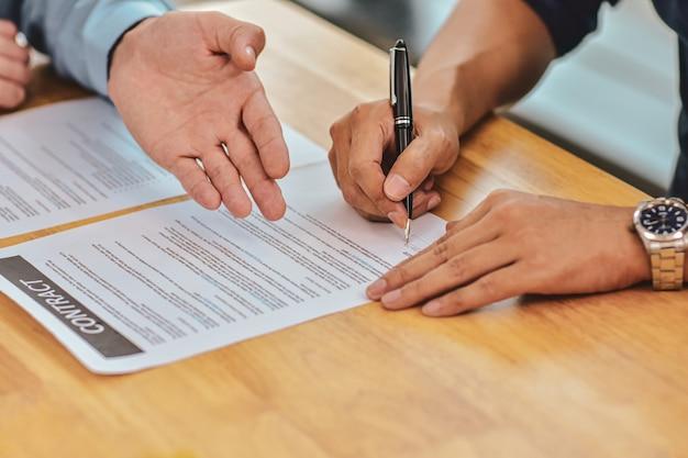Close Up Hand Holding Pen Signe Un Contrat Sur Le Document Photo Premium