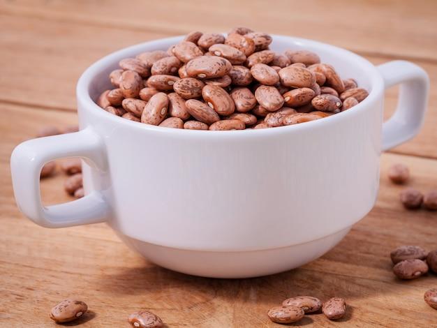 Close up haricots pinto brun dans le bol Photo Premium