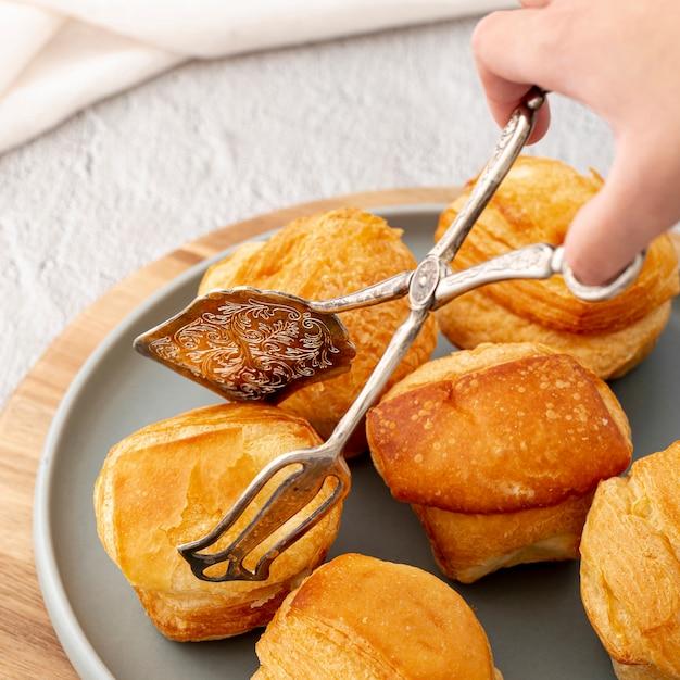 Close-up high view cuit des petits pains et de la main Photo gratuit