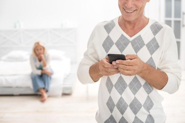 Close-up Homme Heureux Avec Smartphone Dans La Chambre Photo gratuit