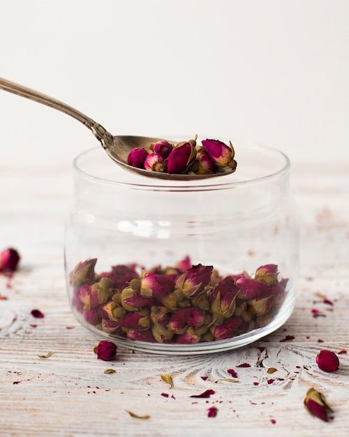 Close-up jar rempli de mini roses biologiques Photo gratuit