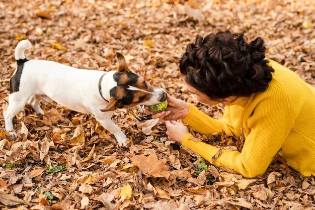 Close-up jeune femme jouant avec son chien Photo gratuit