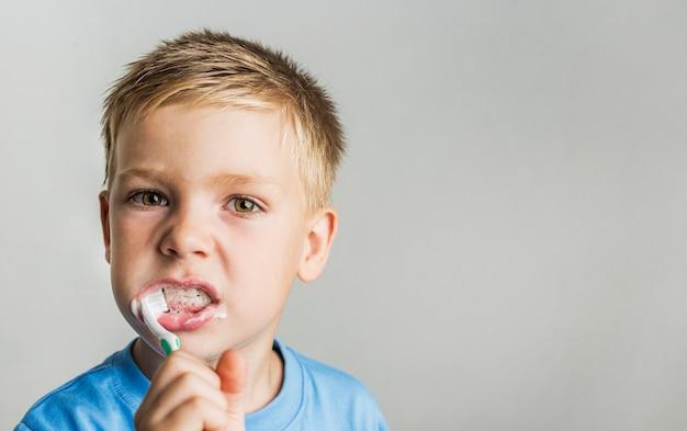 Close-up kid dents brossage Photo gratuit