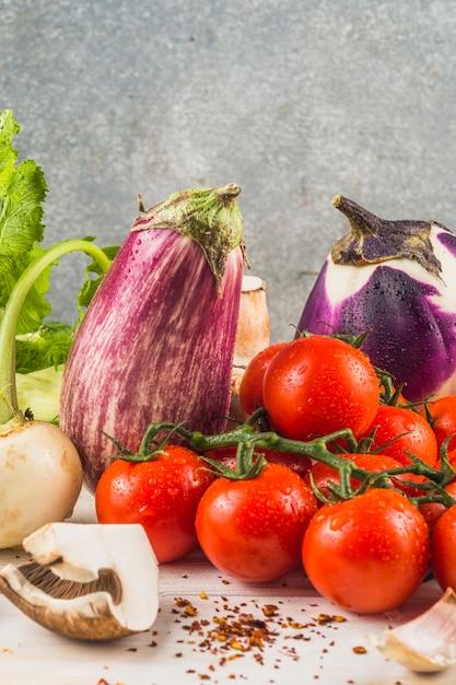 Close-up de légumes sains et flocons de piment Photo gratuit