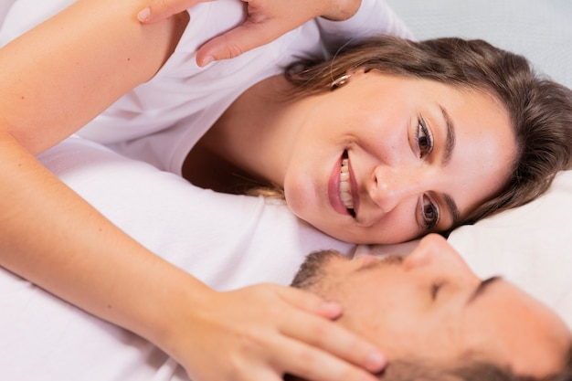 Close-up loving couple de détente sur le lit Photo gratuit