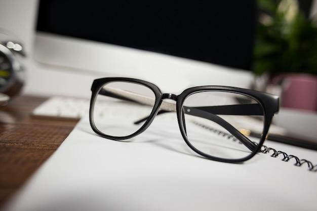 342e5e74a1 Close- up de lunettes de lecture sur le bureau bureau | Télécharger ...