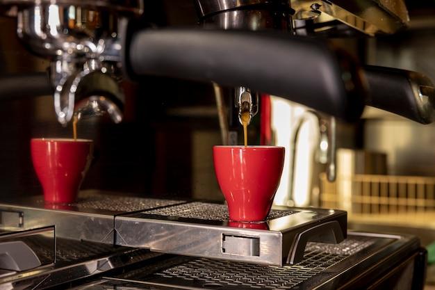 Close-up Machine à Café Professionnelle Versant Du Liquide Photo gratuit