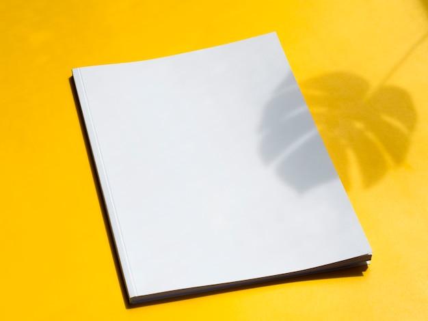 Close-up magazine vide avec fond jaune Photo gratuit