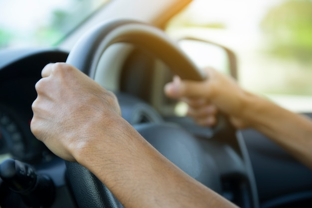 Close up man driving car on street Photo Premium
