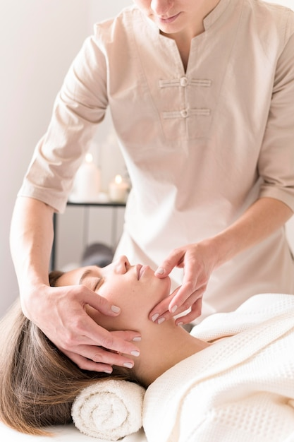Close-up Masseuse Relaxant Client Photo Premium