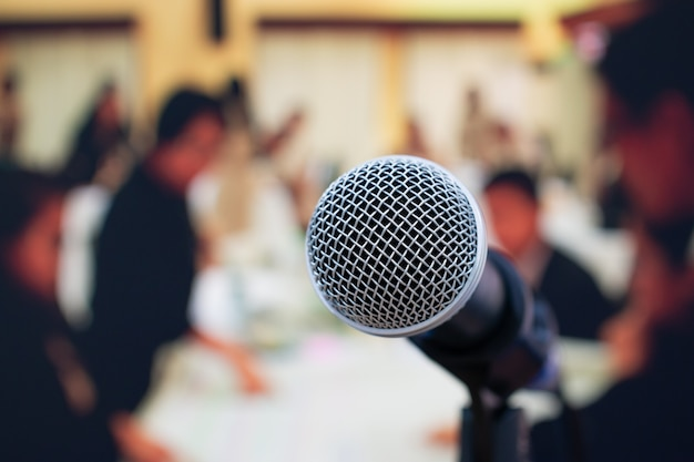 Close-up microphones on abstract floue du discours dans la salle de réunion Photo Premium