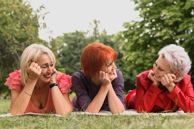 Close-up mignonnes femmes âgées dans le parc Photo gratuit