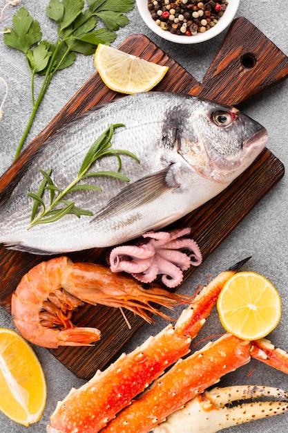 Close-up mix de fruits de mer sur fond de wodden Photo gratuit